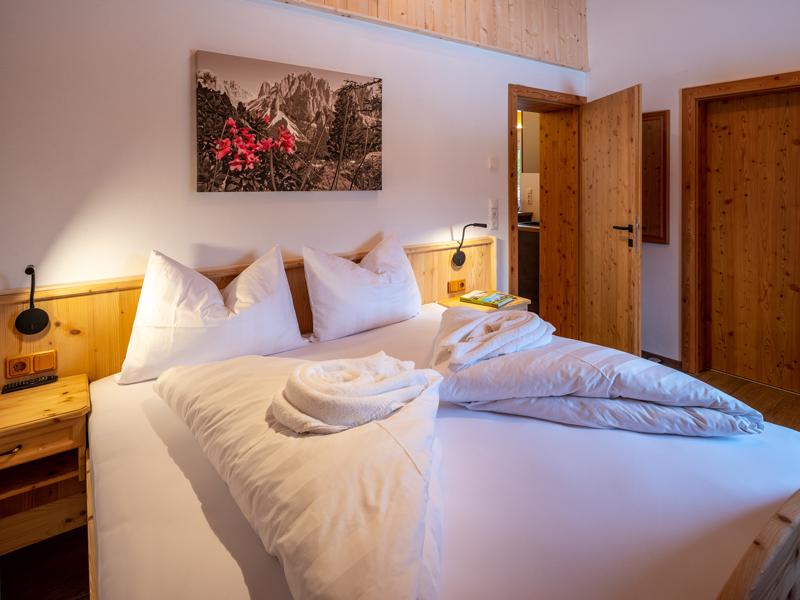 Doppelbett im Appartement Dorf